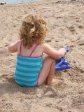 Kleinkind auf einem Strand Lizenzfreies Stockfoto