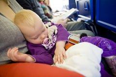 Kleinkind auf Flugzeug stockbild
