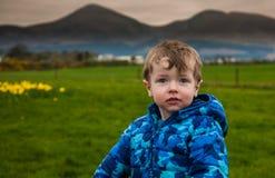 Kleinkind auf grünem Feld lizenzfreies stockfoto