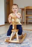 Kleinkind auf Schaukelpferd Lizenzfreies Stockfoto