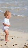Kleinkind auf Strand Lizenzfreie Stockfotografie