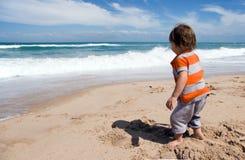 Kleinkind auf Strand Lizenzfreie Stockbilder