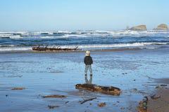 Kleinkind auf Strand im pazifischen Nordwesten Stockfoto