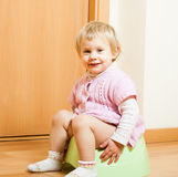 Kleinkind auf Töpfchen Lizenzfreie Stockfotografie