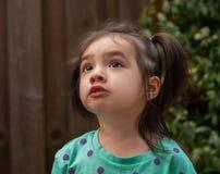 Kleinkind blickt aufwärts Stockbild