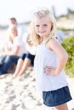 Kleinkind-blondes Mädchen, das Spaß am Strand hat Lizenzfreies Stockbild