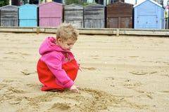 Kleinkind, das auf dem Strand spielt. Lizenzfreie Stockfotos