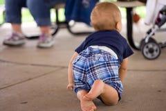 Kleinkind, das auf Kleber-Fußboden kriecht Stockfotos