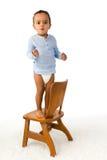 Kleinkind, das auf Stuhl steht Lizenzfreie Stockbilder