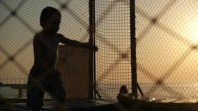 Kleinkind, das auf Trampoline läuft und springt stock video