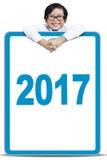 Kleinkind, das Brett mit Nr. 2017 hält Lizenzfreies Stockfoto
