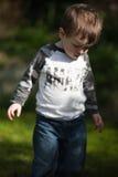 Kleinkind, das in den Garten geht lizenzfreie stockbilder