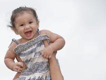 Kleinkind, das in der Luft angehalten wird stockbild