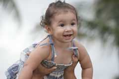 Kleinkind, das in der Luft angehalten wird lizenzfreie stockfotos