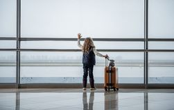 Kleinkind, das an der Startfläche wellenartig bewegt Stockbilder