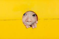 Kleinkind, das durch Spielplatz schaut stockbild