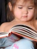 Kleinkind, das ein Buch liest Lizenzfreie Stockfotos
