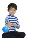 Kleinkind, das eine Kugel am Projektor wirft stockfotos