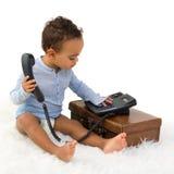 Kleinkind, das eine Telefonnummer wählt Lizenzfreie Stockfotografie