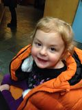 Kleinkind, das eine Winterjacke trägt Lizenzfreies Stockfoto