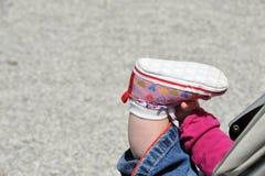 Kleinkind, das in einem Spaziergänger sitzt Lizenzfreie Stockfotografie