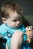Kleinkind, das Eiscreme isst lizenzfreie stockbilder