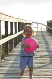 Kleinkind, das geht auf den Strand zu setzen Stockfoto