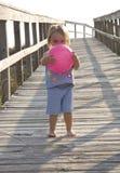 Kleinkind, das geht auf den Strand zu setzen Stockbilder