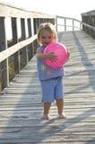 Kleinkind, das geht auf den Strand zu setzen Lizenzfreie Stockfotos