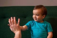 Kleinkind, das hoch fünf geben oder Spielen des Pastetchenkuchens mit Vater Elterliches Anerkennungs- und Familienbeziehungskonze lizenzfreies stockfoto