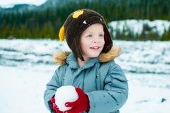 Kleinkind, das im Schnee spielt Lizenzfreies Stockfoto