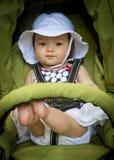 Kleinkind, das im Spaziergänger kühlt Stockfoto