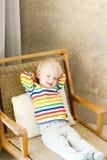 Kleinkind, das im Stuhl liegt Lizenzfreies Stockbild