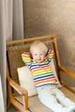 Kleinkind, das im Stuhl liegt Lizenzfreies Stockfoto