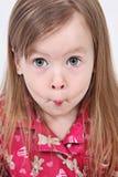Kleinkind, das lustiges Gesicht zieht lizenzfreie stockfotos