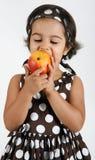 Kleinkind, das Mangofrucht isst Stockfotos