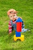 Kleinkind, das mit Blöcken spielt Stockfotos