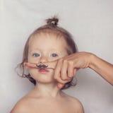 Kleinkind, das mit dem Hippie-Schnurrbart aufwirft Lizenzfreie Stockfotografie