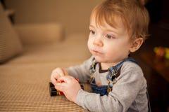 Kleinkind, das mit einem Spielzeugauto spielt Lizenzfreie Stockbilder