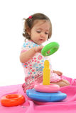 Kleinkind, das mit generischem Spielzeug spielt Stockbilder