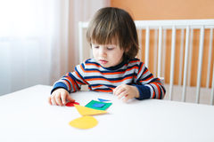 Kleinkind, das mit geometrischen Zahlen spielt Lizenzfreies Stockfoto