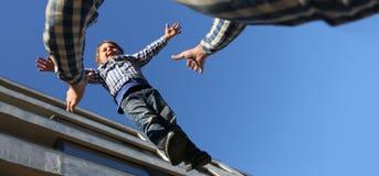 Kleinkind, das mit seinem Vater spielt Lizenzfreie Stockfotos