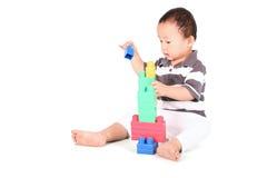 Kleinkind, das mit Spielwaren spielt Stockbild