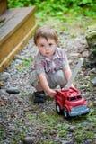 Kleinkind, das mit Toy Fire Truck Outside - Reihe 2 spielt Stockbilder