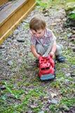 Kleinkind, das mit Toy Fire Truck Outside - Reihe 4 spielt Stockfotos