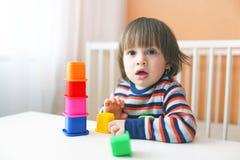 Kleinkind, das Plastikblöcke spielt Stockfoto