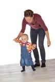Kleinkind, das seine ersten Jobstepps unternimmt Stockbilder