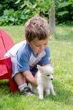 Kleinkind, das seinen Hund liebt stockfoto