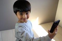 Kleinkind, das selfie nimmt Stockbild