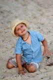 Kleinkind, das am Strand spielt Lizenzfreie Stockfotos